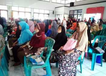 BANTUAN PKH: KPM PKH perluasan tahap IV tahun 2019, menghadiri penyaluran bantuan PKH di Gedung Korpri Purwokerto, Selasa (14/1). (SM/Gayhul Dhika Wicaksana-60)
