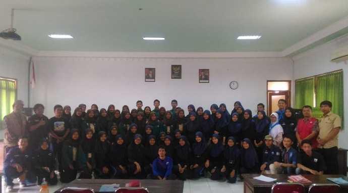 FOTO BERSAMA : Anggota PMR SMAN 5 Purwokerto foto bersama dengan pemateri usai kegiatan edukasi materi sanitasi dan kesehatan.  (SM/dok)