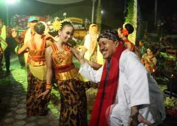 "BERJOGED: Pengunjung berjoged bersama penari Sanggar Sekar Santi Banjarnegara saat pementasan ""Sendratari Buka Klambu"", pada peresmian pelataran Omah Sastra Ahmad Tohari, Agro Karang Penyingongan, Desa Karangtengah, Kecamatan Cilongok, Banyumas, Sabtu (25/1) malam. (SM/Nugroho Pandhu Sukmono-60)"