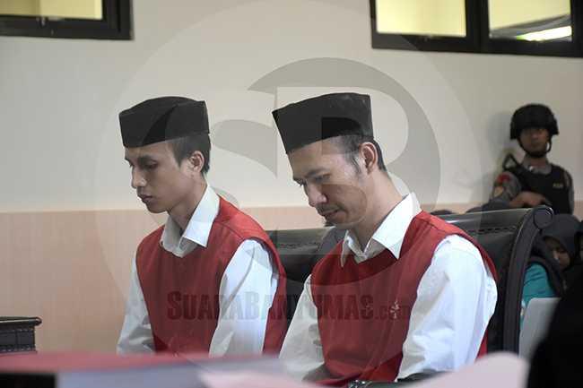 SIDANG PEMBACAAN DAKWAAN: Terdakwa Irvan dan Putra menjalani sidang dengan agenda pembacaan dakwaan di Ruang Sidang I Pengadilan Negeri Banyumas, Jawa Tengah, Selasa (14/01)