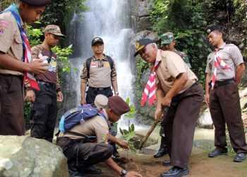 TANAM BIBIT: Wabup Banjarnegara Syamsudin menanam bibit pohon menandai gerakan menanam di kompleks wisata Curug Pitu yang diprakarsai oleh Gerakan Pramuka.(SM/Castro Suwito-52)
