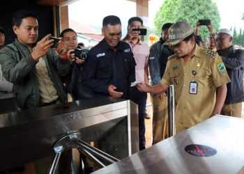 E-TICKET: Bupati Banjarnegara Budhi Sarwono mempraktikkan penggunaan tiket elektronik (e-ticket) saat peluncuran e-ticket di objek wisata utama Dieng, kompleks Candi Arjuna dan Kawah Sikidang, Senin (27/1). (SM/Castro Suwito-60)