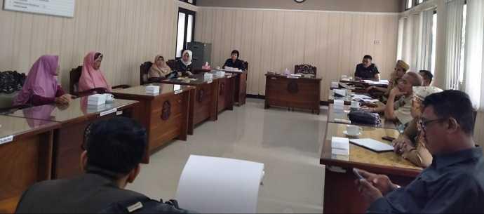 UNDANG KELUARGA DAN DINAS:Komisi 4 DPRD Banyumas mengundang pihak keluargaAsri Nur Hijaroh bersama pihak desa setempat dengan Dinakerkop UKM,Senin (6/1), diruang komisi tersebut. (37) (SM/Agus Wahyudi)