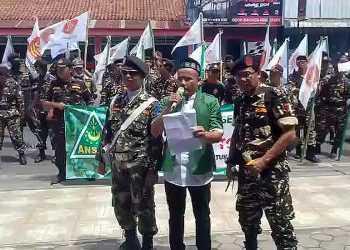 TOLAK JUDI TOGEL: Gerakan Pemuda Ansor dan Banser Kecamatan Sokaraja, menggelar aksi di perempatan Sangkal Putung Sokaraja, Minggu (19/1). (SM/dok)