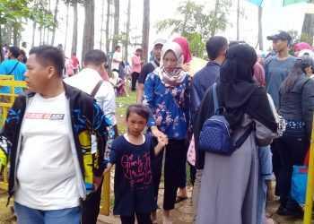 DIPADATI PENGUNJUNG: Lokawisata Kemit Forest Education di Desa Karanggedang, Kecamatan Sidareja, Kabupaten Cilacap, Rabu (1/1) dipadati pengunjung.(SM/Teguh Hidayat Akbar-52)