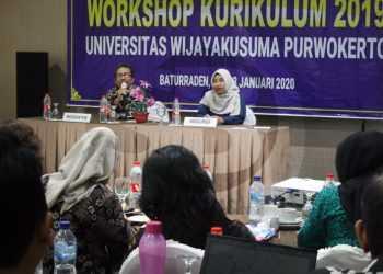 DISKUSI: Sejumlah dosen berdiskusi pada workshop kurikulum Universitas Wijayakusuma di Hotel Rosalia Baturraden, Rabu (22/1) sore. (SM/Nugroho Pandhu Sukmono-52)