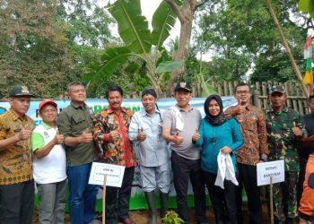 TANAM POHON: Bupati Banyumas, Achmad Husein beserta jajarannya, anggota DPR RI Sunarna dan dinas terkait usai menanam pohon di Desa Cibangkong, Kecamatan Pekuncen, Rabu (12/2).