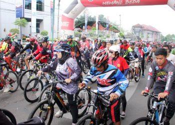SEPEDA SANTAI: Seribuan lebih penghobi sepeda dan komunitas sepeda dari berbagai daerah memeriahkan Sepeda Santai Jelajah Alam Serayu (JAS) dalam rangka Hari Pers Nasional yang diselenggarakan PWI Banjarnegara.(SM/Castro Suwito-60)