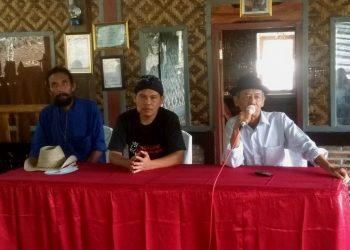 BERIKAN MOTIVASI: Budayawan Ahmad Tohari saat memberikan motivasi kepada para guru yang hadir di Rumah Sastra Ahmad Tohari, Kompleks Agrowisata Karang Penginyongan beberapa waktu lalu