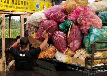 ANGKUT SAMPAH: Pengurus BUMDes Maju Makmur Desa Cibangkong, Kecamatan Pekuncen saat mengantar mobil pengangkut sampah dari dugan pengumpul sampah BUMDes setempat belum lama ini.