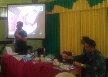 MENYAMPIKAN MATERI : Wartawan Suara Merdeka, Nugroho Pandhu menyampaikan materi pengelolaan website dan media sosial pada workshop literasi digital di SMP 1 Wangon, Senin (24/2).