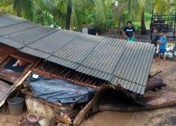 RUMAH RUSAK: Kondisi rumah warga Desa Cimrutu, Kecamatan Patimuan, Kabupaten Cilacap yang rusak tertiup angin kencang, Jumat (14/2).(SM/dok)