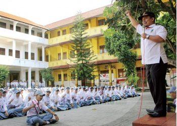 BERI MOTIVASI : Wakil Ketua KONI Banjarnegara, Djarkasi Efendi memberikan motivasi kepada siswa SMKN 2 Bawang untuk berprestasi di bidang olahraga dalam program KONI Goes to School. (SM/Castro Suwito-52)