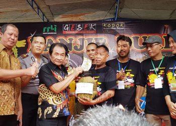 BANJIR DURIAN: Bupati Banjarnegara Budhi Sarwono memberikan hadiah kepada pemilik durian terbesar pada acara Banjir Durian yang digelar oleh pemuda Keluraha Semampir, Kecamatan Banjarnegara, Minggu (2/2).(SM/Castro Suwito-37)