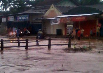 BANJIR: Jalan Raya Serang di Desa Serang, Kecamatan Cipari yang menghubungkan Kecamatan Sidareja dengan Kecamatan Cipari terendam banjir dari luapan Sungai Prumpung. Semua kendaraan dialihkan ke jalur alternatif.(SM/dok)