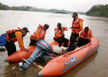 OPERASI SAR: Tim SAR Gabungan pada hari Kamis (30/1) kembali melakukan operasi pencarian korban tenggelam di Sungai Serayu. Operasi dilakukan dengan menyisir Sungai Serayu ke arah hilir.(SM/Agus Sukaryanto)