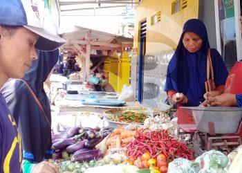MELAYANI PEMBELI: Seorang pedagang cabai melayani pembeli di Pasar Induk Majenang, Kabupaten Cilacap, baru-baru ini. (SM/Teguh Hidayat Akbar)