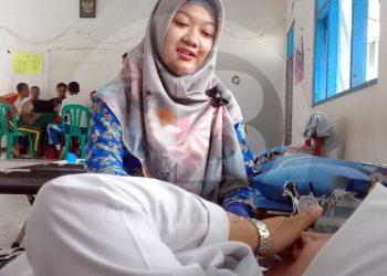 LAYANI PENYUMBANG DARAH: Petugas PMI Cilacap melayani penyumbang darah di SMK Muhammadiyah Karangpucung, Kabupaten Cilacap, Selasa (11/2). (SM/Teguh Hidayat Akbar-52)