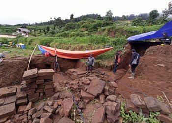 EKSKAVASI CANDI: BPCB Jawa Tengah melakukan ekskavasi struktur candi di Desa Dieng Kulon Kecamatan Batur yang kemudian diberi nama Candi Kunti.(SM/dok)