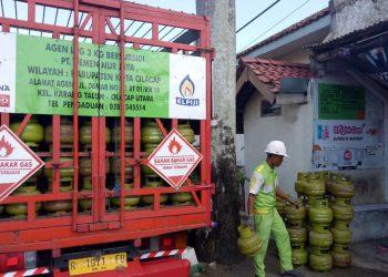 MENDISTRIBUSIKAN ELPIJI: Petugas mendistribusikan elpiji 3 kilogram di Kabupaten Cilacap, Selasa (4/2) (SM/dok)