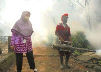 PENGASAPAN:Lingkungan Grumbul Cidondong Desa Cirahab Kecamatan Lumbir mendapatkan pengasapan dari Dinas Kesehatan Kabupaten Banyumas beberapa waktu lalu.