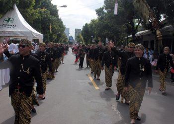KIRAB HARI JADI: Anggota DPRD Kabupaten Banjarnegara melambaikan tangan kepada warga yang menyaksikan Kirab Hari Jadi ke-449 Kabupaten Banjarnegara, Rabu (26/2).(SM/dok)