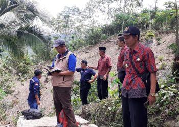 MENINJAU LOKASI: Tim tanggap darurat Badan Geologi staf BPBD dan Pemdes Majatengah meninjau lokasi tanah gerak di desa tersebut untuk identifikasi dan memetakan tingkat kerawanan.(SM/dok)
