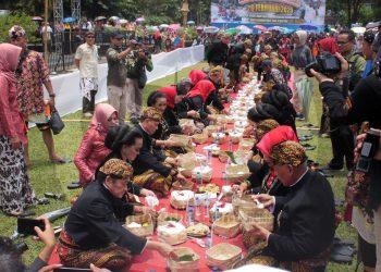 MAKAN BERSAMA: Bupati Budhi Sarwono bersama Forkompimda Banjarnegara menikmati nasi takir bersama ribuan warga di puncak Hari Jadi ke-449 Kabupaten Banjarnegra, Rabu (26/2).(SM/Castro Suwito-20)