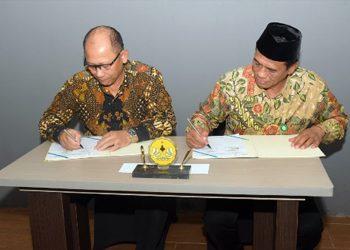 TANDA TANGAN: Rektor Unsoed, Suwarto (kiri) dan  Kepala Badan Penyelenggara Jaminan Produk Halal (BPJPH), Sukoso menandatangani perjanjian kerjasama tentang sertifikasi halal dan pendirian Halal Centre, Sabtu (1/2). (SM/dok)