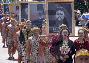 KREASI KESENIAN: Grup dari instansi Dinporabudpar menampilkan kreasi kesenian saat mengikuti kirab pusaka di Jalan Jenderal Soedirman Purwokerto, Minggu (16/2). (SM/Dian Aprilianingrum-20)