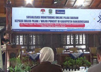PAJAK DAERAH: Bupati Banjarnegara Budhi Sarwono membuka acara sosialisasi monitoring online pajak daerah kepada wajib pajak dan wajib pungut pajak dengan pembicara dari KPK dan Bank Jateng. (SM/Castro Suwito)