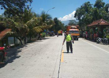 OLAH TKP: Personel Polisi Lalu Lintas dari Poslantas Ajibarang saat melakukan olah tempat kejadian perkara (TKP) kecelakaan maut di Desa Pandansari, Kecamatan Ajibarang, Sabtu (22/2). (SM/dok)