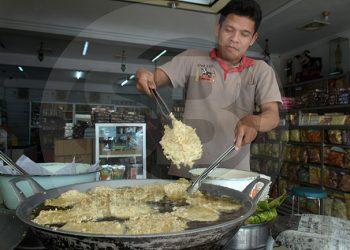 MENGGORENG MENDOAN: Sejumlah karyawan tengah menggoreng mendoan di pusat oleh-oleh Sawangan, Purwokerto, Jumat (21/2). (SM/Dian Aptilianingrum-60)