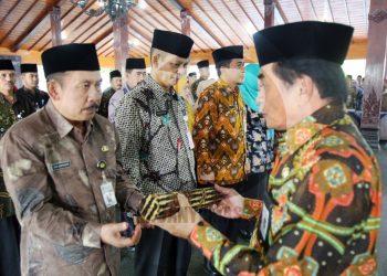 SERAHKAN SK: Bupati Banjarnegara Budhi Sarwono menyerahkan SK kepada Dwi Suryanto yang dilantik menjadi Kepala BPPKAD Banjarnegara di Pendapa Dipayudha Banjarnegara, Jumat (31/1).(SM/Castro Suwito-52)