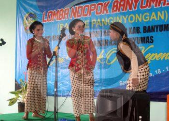 LOMBA NDOPOK: Sejumlah murid SMP di Kabupaten Banyumas mengikuti lomba ndopok (ngobrol) Banyumasan di Kantor Dinas Pendidikan setempat.(SM/Budi Setyawan-20)