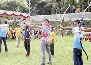 BIDIK SASARAN : Sekretaris Umum KONI Saeful Fadly (tiga dari kanan) membidik sasaran, saat membuka Kejurkab panahan, Senin (10/2).(SM/dok)