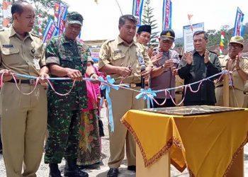 GUNTING PITA: Kepala Disperindagkop UMKM Banjarnegara Joi Setiawan bersama Forkompimca Pandanarum menggunting pita tanda diluncurkannya embrio Pasar Pandanarum, Senin (24/2). (SM/dok)