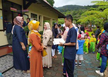 BERDIALOG: Peserta pelatihan tata kelola destinasi wisata berdialog dengan pengunjung di Lokawisata Baturraden, Banyumas, Rabu (12/2). (SM/dok)