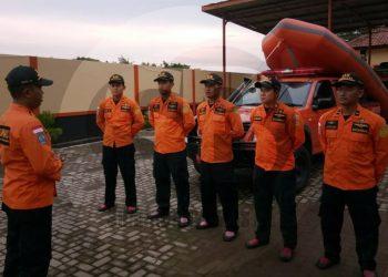 OPERASI SAR: Beberapa personil Basarnas Cilacap sedang mendapat pengarahan sebelum diberangkatkan untuk melakukan operasi pencarian korban tenggelam di Kali Empat, Pulau Nusakambangan.(SM/Agus Sukaryanto-52)