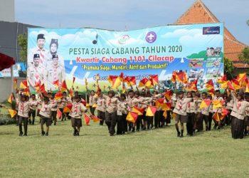 PESTA SIAGA: Sebanyak 400 anggota Pramuka dari Gugus Depan Se-Kwarran Cilacap Selatan sedang membawakanbSemaphore Dance di acara upacara pembukaan Pesta Siaga Kwarcab 1101 Cilacap tahun 2020. (SM/Agus Sukaryanto)