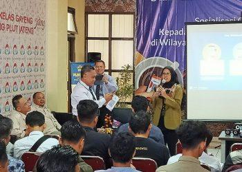 SIMULASI QRIS: Kepala Perwakilan Bank Indonesia Purwokerto menyimulasikan penggunaan QRIS, Rabu (19/2).(20) (SM/dok)