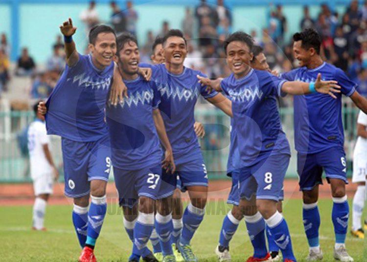 RAYAKAN GOL: Pemain PSCS, Ilham (27) bersama rekan-rekannya merayakan gol ke dua Persib, dalam uji coba, kemarin. (SM/Budi Hartono-60).