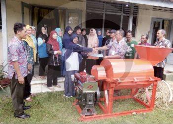 PENCACAH SAMPAH: Pemerintah Desa Karanglewas Kidul, Kecamtan Karanglewas, memberikan mesin pencacah sampah untuk operasional pengelolaan sampah Bank Sampah Wartinem, beberapa waktu lalu. (37)  (SM/Susanto)