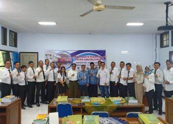 FOTO BERSAMA : Dekan Fakultas Teknik Unwiku, Iwan Rustendi foto bersama dengan para peserta Pelatihan Pembinaan dan Sertifikasi Calon Ahli K3 Umum. (SM/dok)