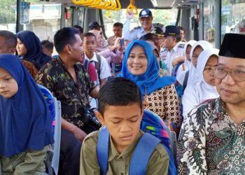 NAIK BUS BERSAMA: Bupati Achmad Husein didampingi Kepala Dinas Perhubungan Agus Nur Hadie dan rombongan naik bus sekolah gratis bersama para pelajar di wilayah Kecamatan Somagede, Rabu (26/2) pagi.(SM/dok Humas Pemkab Banyumas)