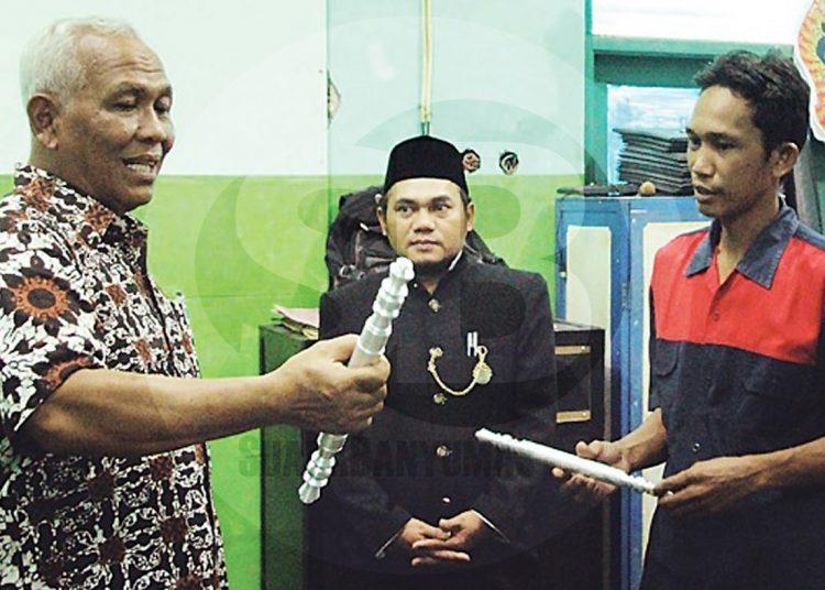 KARYA SISWA : Wabup Banjarnegara Syamsudin mengamati karya siswa SMK HKTI 1 Purwareja Klampok berupa gagang pintu yang dibuat menggunakan mesin Computer Numerical Control (CNC). (SM/Castro Suwito-52)