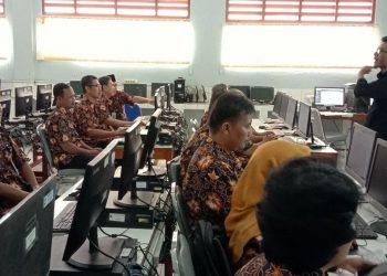 STUDI BANDING: Para guru matematika yang tergabung dalam wadah MGMP Matematika SMP Kabupaten Cilacap sedang studi banding di SMP Negeri 7 Bogor.(SM/dok)