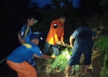 BERSIHKAN LONGSORAN: Personel Tagana Banyumas bersama masyarakat dan unsur terkait lain melakukan pembersihan material longsor, di Desa Karanggintung, Kecamatan Kemranjen, beberapa hari lalu. (37) (SM/dok)