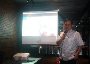 PAPARKAN MATERI: Kepala Biro Kerja Sama dan Hubungan Masyarakat Kemendikbud, Ade Erlangga Masdiana saat memaparkan materi tentang Kebijakan Merdeka Belajar dalam sebuah acara di salah satu rumah makan di Purwokerto, Minggu (2/2).(SM/Budi Setyawan-20)