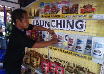 MENATA PRODUK : Pelaku usaha menata barang dagangannya di stan UMKM agar terlihat rapi. Produk-produk UMKM dari Banyumas sudah banyak yang menembus pasar modern. (SM/Puji Purwanto)